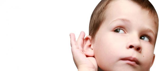 luisterend jongetje