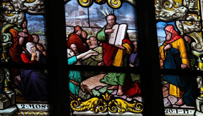 glas-in-lood raam met Mozes en de stenen tafelen