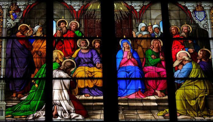 glas-in-lood raam met afbeelding over Pinksteren
